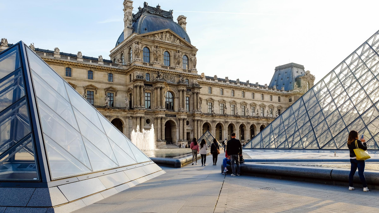 Free Microsoft Teams BG Louvre Paris